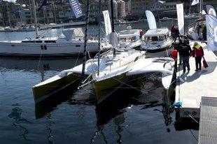 Seilbåten Dragonfly har potonger, som kan legges inn til siden når båten ligger til kai og når den kjører med motor. Systemet heter Swing wing. Båten koster om lag én million kroner for en 28 fotsutgave. I 35 fot koster den 2,8 millioner kroner. Den har sengeplass til fem. - Dette er en familiebåt, men den er rask. Den kan seile med en snittfart på 10 knop, sier Henrik Bøje Hansen og Jørn Ravnskjær fra det danske verftet Quorning Boats. - Vi har kanskje båten med det største soldekket her på messen? spøker de to, og peker på seilet mellom potongene og selve båten. her kan man fint ligge og sole seg. Seilene tåler også at man går på dem. Seilbåten kan ha en maksfart på 20 knop. Båtmessen Dra til sjøs på Marineholmen.