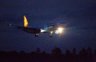 NØDLANDET: Et Novair-fly med et punktert dekk nødlandet på Oslo lufthavn søndag kveld.