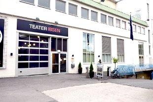 Mens sammenlignbare regionteatret har to eiere, har Teater Ibsen tre. Nå truer både Vestfold og Telemark fylkeskommune med å trekke seg ut om ikke teatret går videre med samarbeidsavtalen i Tønsberg. ? Denne situasjonen er skapt av Vestfold, ikke av oss. Vi blir presset inn i et samarbeid vi ikke vet utfallet av, sa utvalgsleder i Skien kommune,Heidi Hamadi, før kulturpolitikerne sendte saken videre til høyere hold.