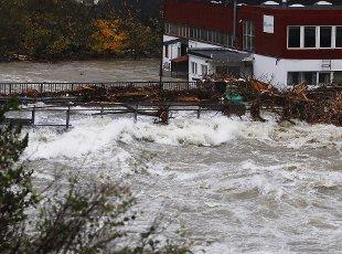 Flom i Odda etter store nedbørsmengeder på Vestlandet de siste dagene. Dermed har både dagens strømpris og vinterprisen for strøm falt.