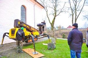 Montering av lynavleder på Spydeberg kirke.