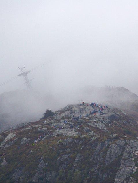 7-fjellsturen sett fra luften. Grått mot toppen av Ulriken. Ulriksbanen i skoddehavet i bakgrunnen (20.05.2007).