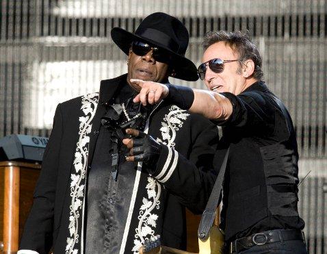 Bruce peker ut mot publikum (10.06.09).