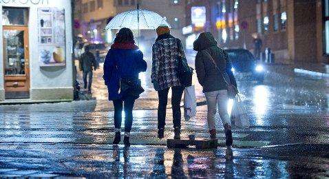 Paraplyen kan bli et nyttig redskap inn i den kommende uken. Intet nytt under solen, vil noen kanskje mene.