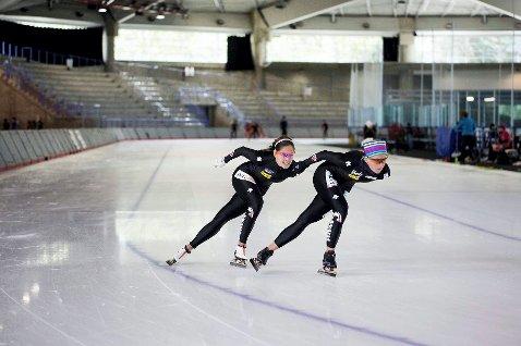 Skøyteløperen Rikke Jeppsson (foran) får mye god trening ut av superisen i Calgary.