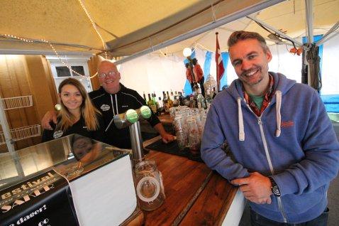 Silje Wamnes, Kim Kehmet og Per Espen Torgersen gleder seg til helgas oktoberfest på Fiskerøkeriet.