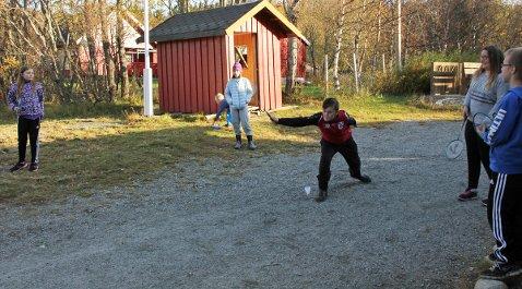 Elever spiller badminton-gris i friminuttet på Tverlandet skole i Leirfjord.