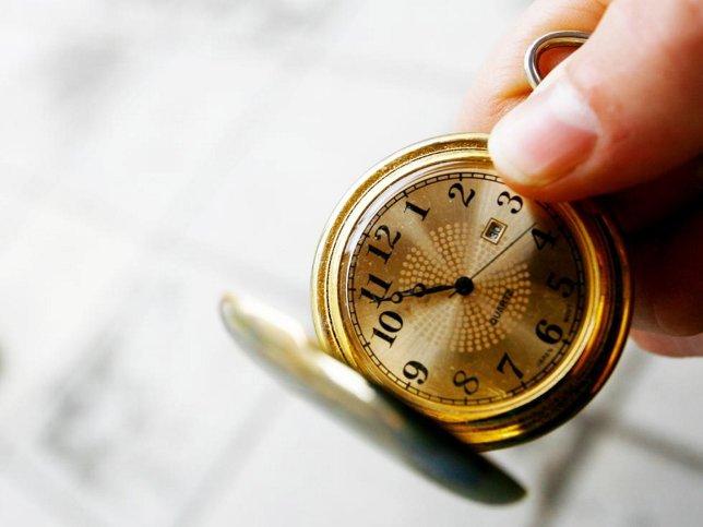 ANALOG: Har du et slikt lommeur av den analoge typen, blir du nødt til å stille det manuelt i helgen. (FOTO: NTB SCANPIX)