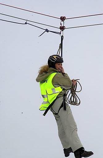 """TOPP: Miljøarbeider Anita Nordheim frå Høyanger set tydeleg pris på luftferden i """"Heksefloget"""" under ungdomssamlinga på Utvikfjellet i helga."""