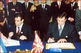 Undertegner grenseavtale mellom Makedonia og Den tidligere republikken Yugoslavia. Foto: www.president.gov.mk