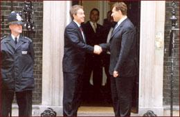 Trajkovski møter Tony Blair utenfor Downing Street 10. Foto: www.president.gov.mk
