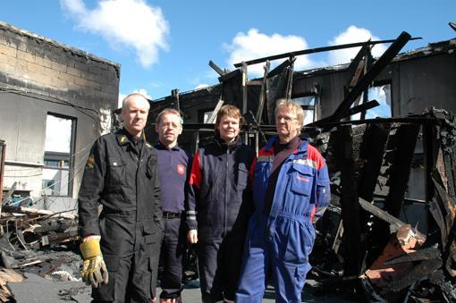 Politiførstebetjent Terje Pedersen, Hans Bjørnstad og Ragnhild Sæbø fra brannvesenet, og Jarle Danielsen fra el-tilsynet undersøker branntomta.