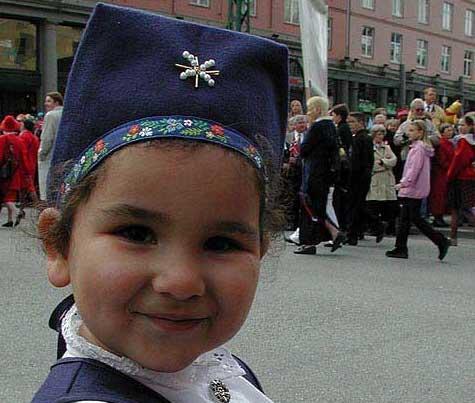 17. mai er alle barnas festdag. Denne jenta ser i hvert fall svært fornøyd ut med prosesjonen.