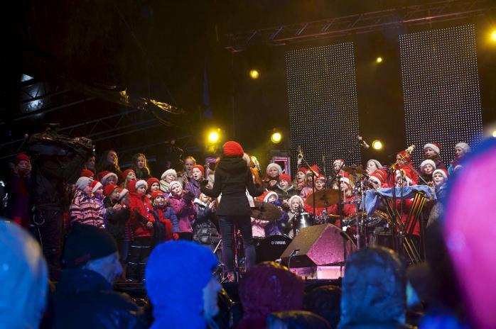 Søråshøgda barnekor sang julen inn og ledet allsangen.