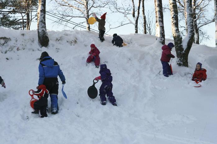 Barna i Grandebo naturbarnehage på Fløyen var yte og nøt snøen på onsdag.