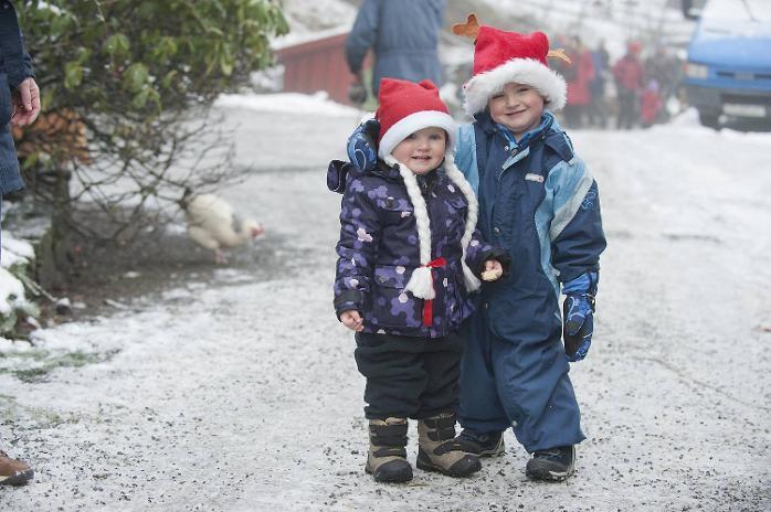 Kristiane Sofie (1 1/2 år) og David Johannes (3 1/2) koste seg på gården.