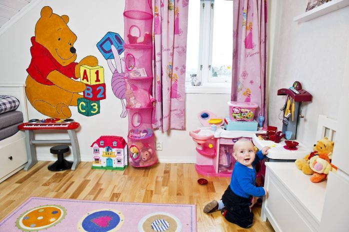Mari har malt Ole Brumm og Nasse Nøff på veggen på rommet til datteren Nora. ? Jeg har brukt en gammeldags transparent for å få overført tegningen til veggen. Møblene er fra Ikea, sier hun.
