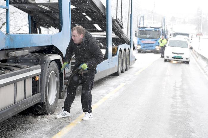 Verken trailer eller sjåfør var skodd for snøværet som var på Valle fredag.