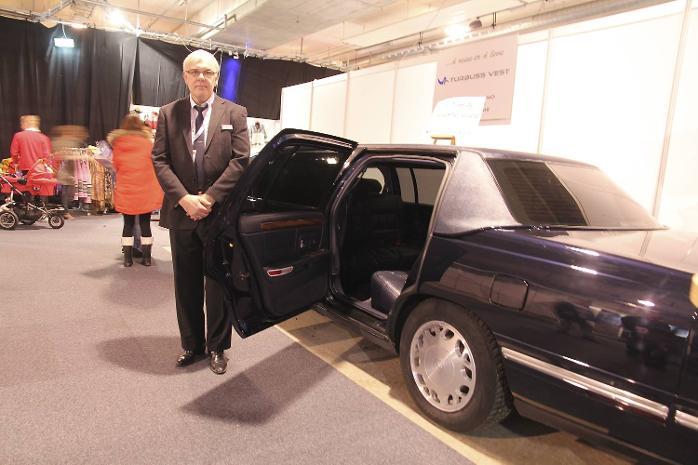 Reiselivsmessen Reiseklar 2012 i Grieghallen. Dette er den gamle limousinen til kong Harald og dronning Sonja. De siste årene har den vært Turbuss Vest sin og den leies ut til dem som vil kjøre flott. - Kommer du i denne til byn på en lørdagskveld, vekker du oppsikt, sier sjåfør Inge Haldorsen (21.01.2012).