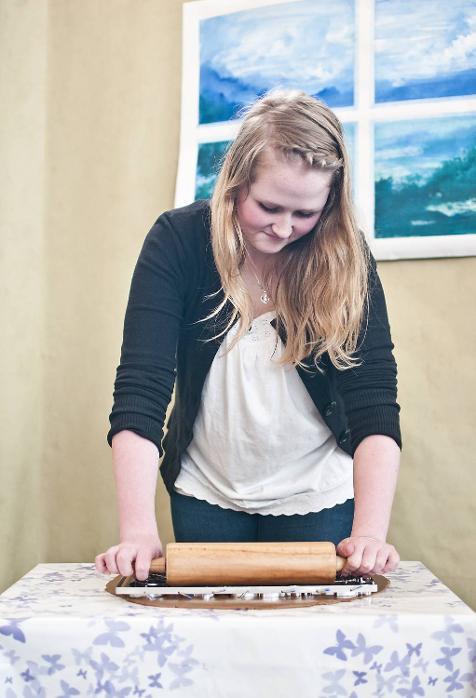 Lett baking er en ungdomsbedrift som satser på å forenkle pepperkakebakingen. I steden for å trykke ut en pepperkake, kan man trykke ut flere ved å kjevle over brettet. Her demonstrerer Marie Langeland (16) hvordan det fungerer.