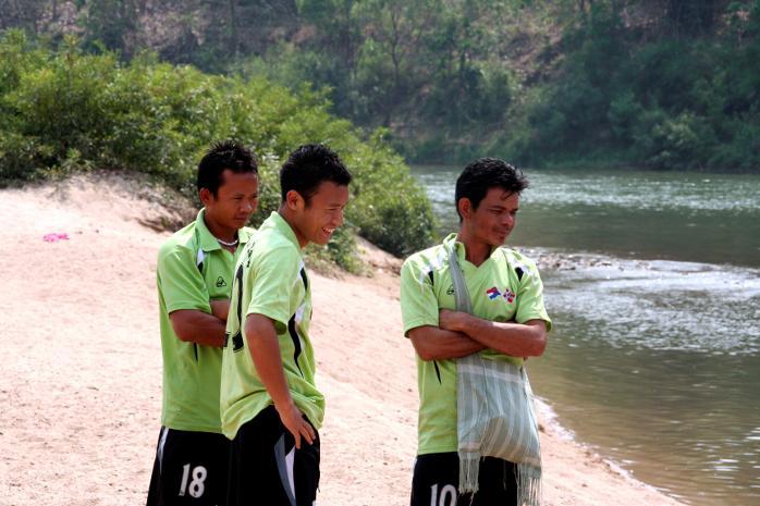 Eh K`Prue, Pa Da Bo og Philippa i Ga Yaw Ga Yaw ser på mens Vestkysten-spillerne tar et avkjølende bad i elven som er det eneste som skiller Thailand fra Burma.