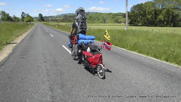 Familien brukte ti uker på å sykle New Zealand på langs. I begynnelsen likte ikke Tristan seg så godt i tilhengeren, men etter hvert ble han vant til det og etter en uke eller to storkoste han seg.