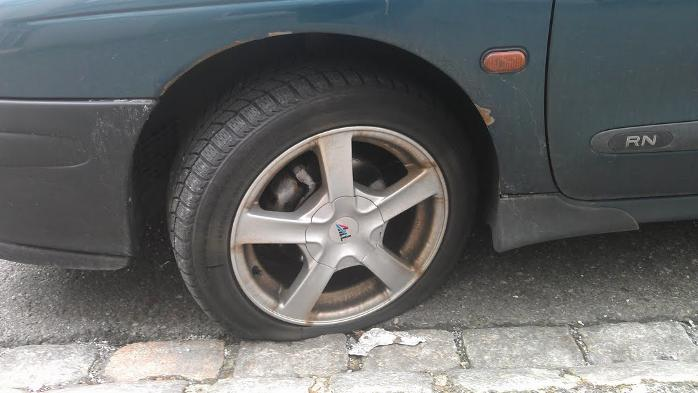 En hel rad med biler på den ene siden av Jonas Reins gate i Bergen, er utsatt for vandaler. Politiet har fått melding om at ni biler har fått dekkene skåret opp av ukjente gjerningspersoner (08.04.2012).