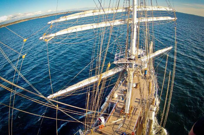 HØYT OPPE: Fotograf Thomas Andersen var med «Christian Radich»fra Moss til Sarpsborg. Dette bildet er tatt fra masta.