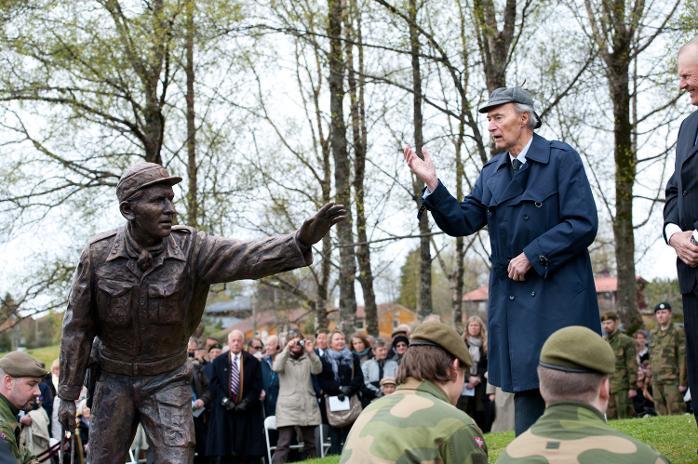 Joachim Rønneberg. Minnemonument over Fredrik Kayser avduket i bjørkelunden på Storetveitmarken 8. mai 2012.