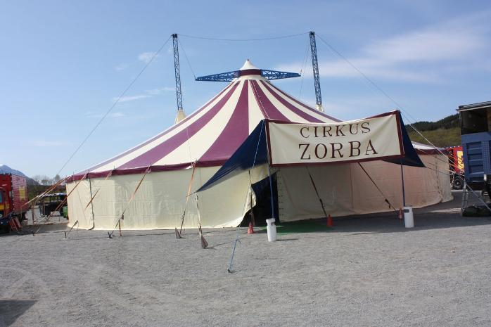 Cirkus Zorba har hatt to forestillinger i Sandnessjen. N er de reist videre til og skal opptre p Nesna i Leirfjord og p  Dnna dersom de fr plass  vre. Foto: John H. Ulvy