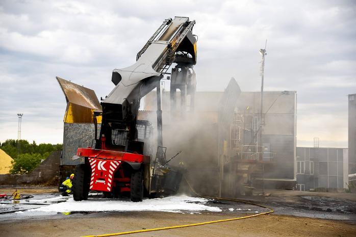 Flere av dekkene på tømmertrucken eksploderte da det gigantiske kjøretøyet begynte å brenne på Borregaards flis- og tømmerlager på Opsund mandag kveld. FOTO: Tobias Nordli