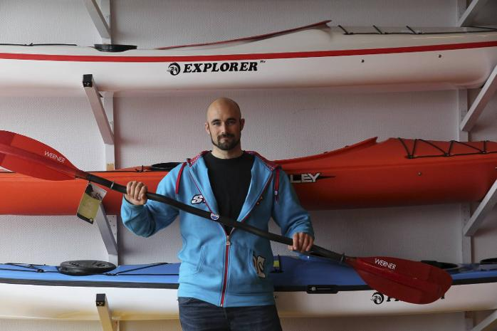 Her er Ove Karl Bertin Hatlem under forberedelsene til turen langs norskekysten (11.05.2012).