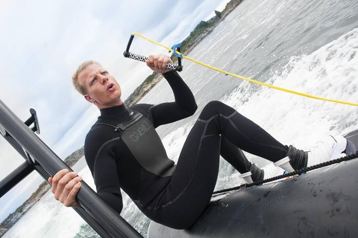 Arjan Langendoen sitter på RIB-båten og er klar til avgang.