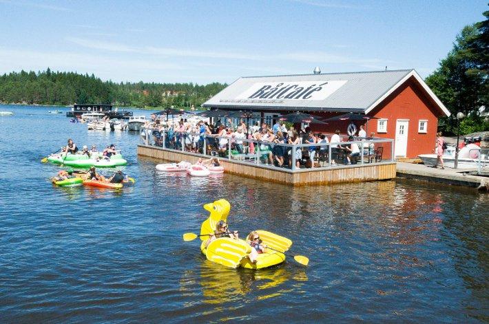 FESTIVAL: Lørdag var det sol og god stemning i forbindelse med Gummibåtfestivalen ved området rundt Tangen og Båtcafeen i Ørje. Senere på natten skal det imidlertid ha skjedd en voldtekt i samme område.