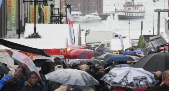 Omtrent som en vanlig lørdag i Bergen, paraplyer og regntøy i de fleste farger, været skremte ingen fra å ta turen til matfestivalen i Skien.