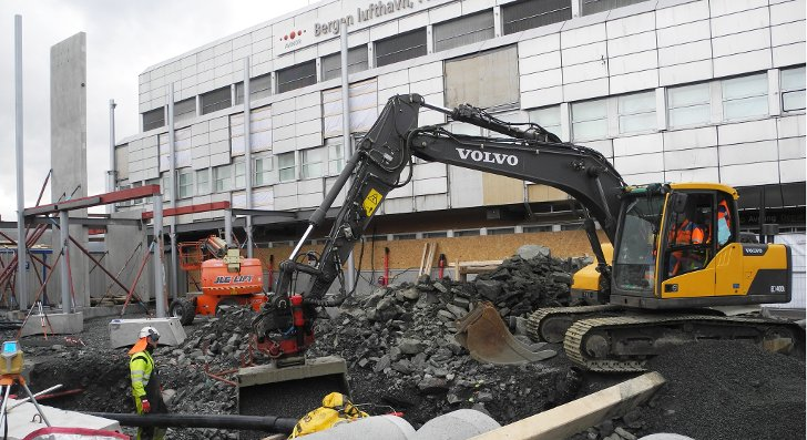Det nye trappehuset som er under oppføring foran terminalen på Flesland skal stå ferdig i mai.