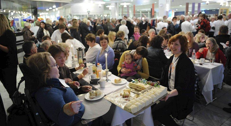 Det var folksomt i foajeen på Sentralblokken på Haukeland Universitetssykehus da det ble invitert til kakefest tirsdag formiddag.