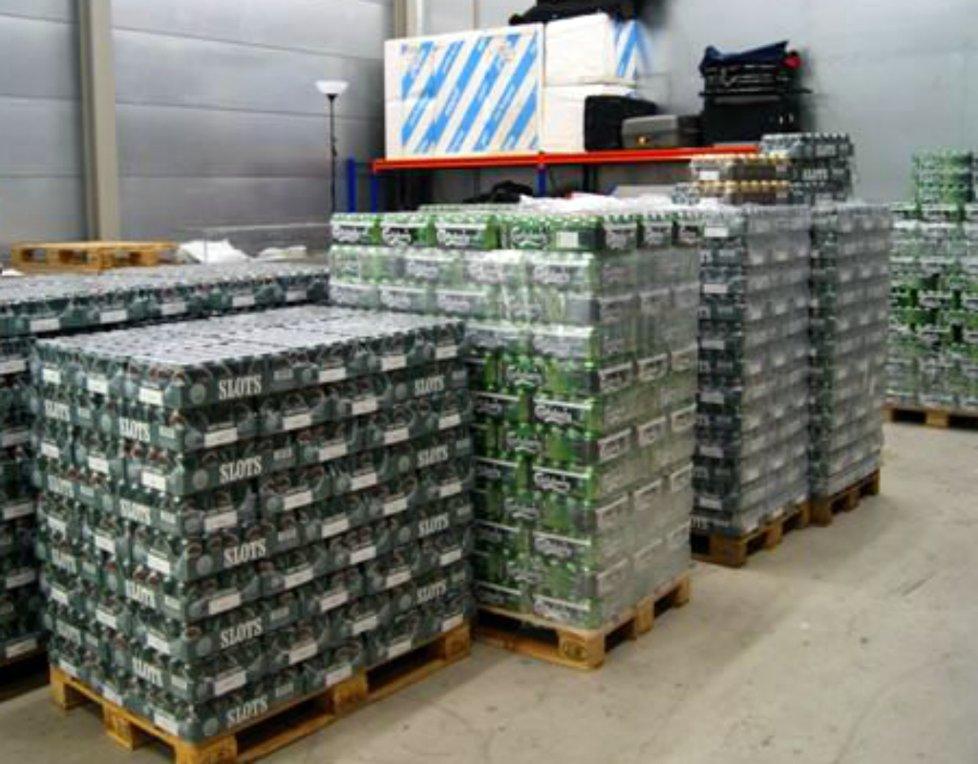 PALL PÅ PALL: Politiet og Tollvesenet fant over 8.000 liter øl i lagerbygningen i Langliveien. ARKIVFOTO