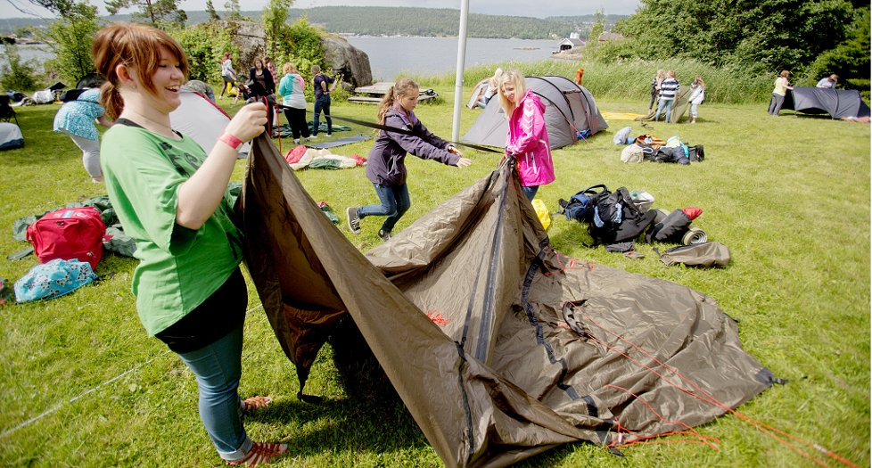 BJØRKØYA 20120702. T.v. Kine Isabell Grava (18), Tea Våle Trovi (13) og Ida Kristine Brenna (15) under AUF Telemark sin sommerleir på Bjørkøya. Foto: Stian Lysberg Solum / NTB scanpix
