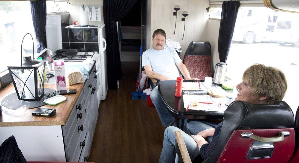 Else og Rune Halsvik bor i en ombygd turbuss når de er på festival.