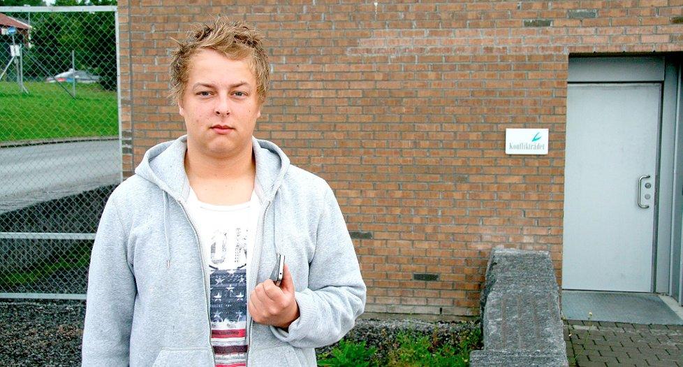 FRUSTRERT: Simen Miliam Berglund (20) har sett seg lei på telefonterroren som har vart i over to år.