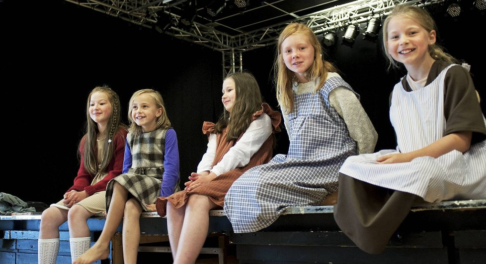 Musikalen Annie fv Celine Benedicte Borge Gjevik (12), Ina Berg Skroeder (7)  Ane Catharina Borge Gjervik (10), Marielle Eichner (10) og Ibeline Leversen (10).