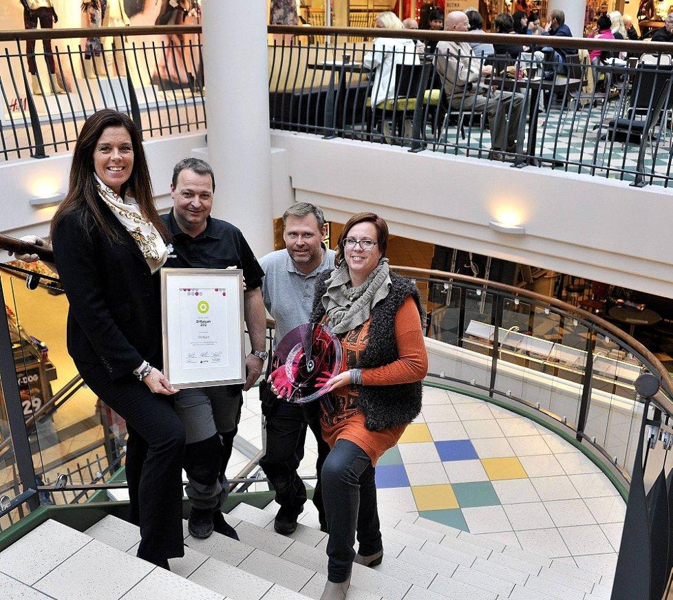 FIKK PRIS: Storbyen ble nylig belønnet med prisen for beste driftsteam 2012 i Sektor-gruppen, som eier kjøpesenteret. Her ser vi (f.v.) senterleder Annette Kay, Frank Lunde, Robert Mittet og Harriet Sederholm.