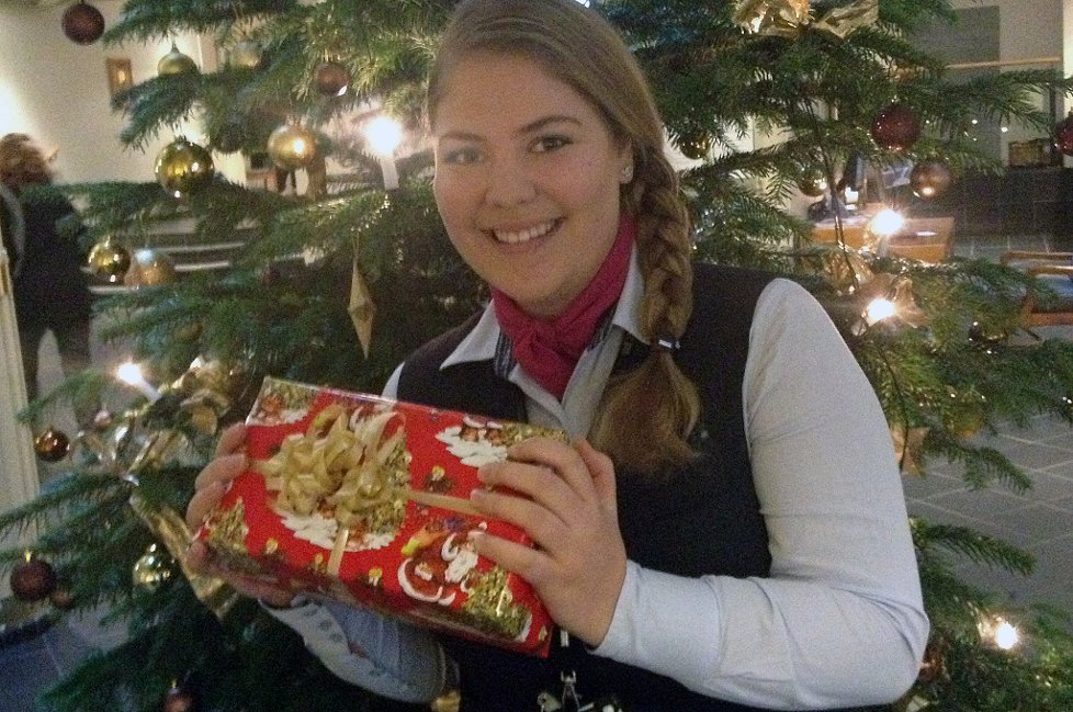 VIDEREFORMIDLER GAVER: Resepsjonist Hanna Svendsen håper mange kommer med julegaver til hotellet på Grålum.