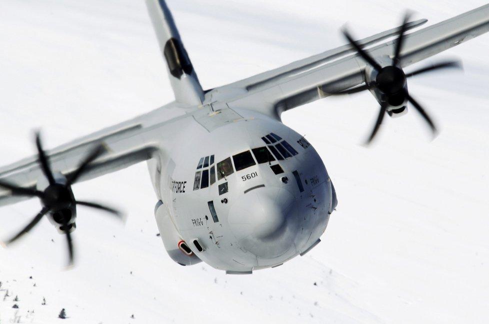 På vei: et hercules-fly av denne typen er på vei til algerie med