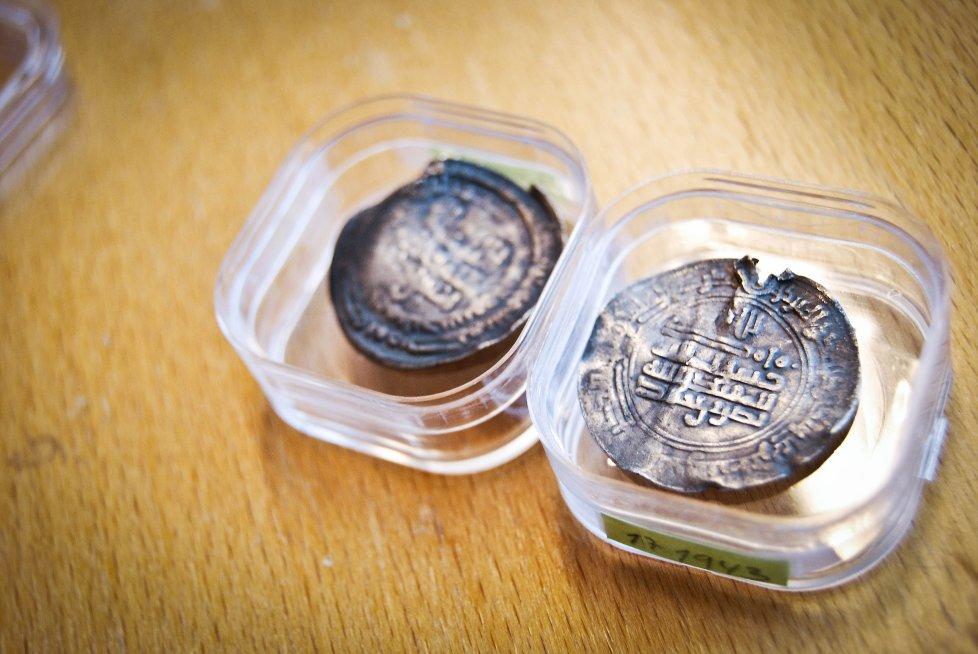 ARABISKE SØLVMYNTER: Disse unike myntene har blitt funnet ved Rokke.