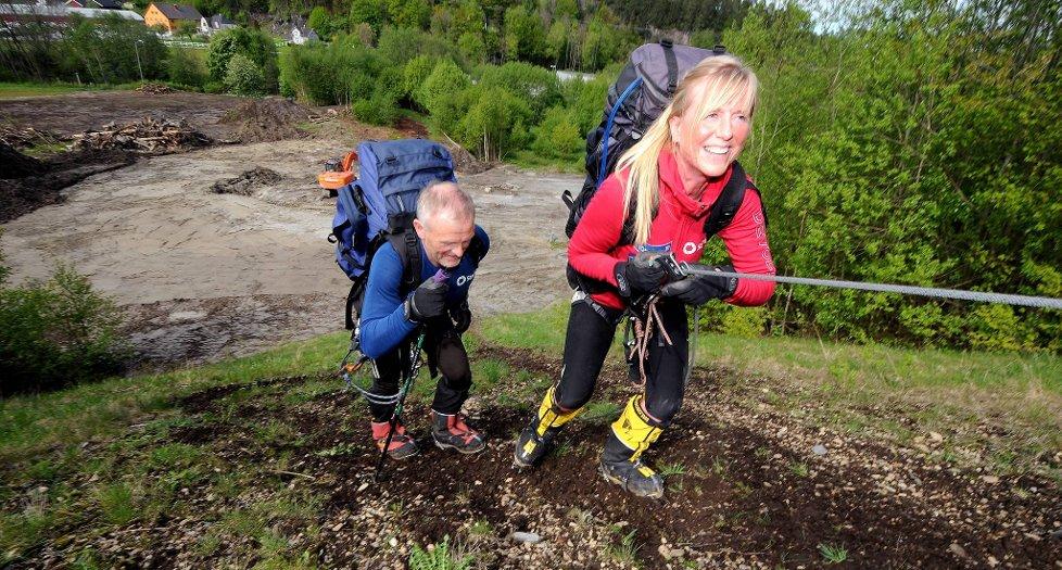BLYTUNGT: Tone Gravir bruker tau til å komme seg opp den stupbratte Hei-bakken,  mens ektemannen Lei Harald Bergseth nøyer seg med staver. Paret gjennomfører økten som inneholder 12-16 klatringer én gang i uka. Målet er å være så godt forberedt som overhodet mulig når de setter  kursen for Mount Everest i mars neste år.
