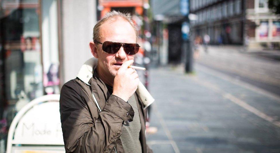 Sigvald Sætre røyker ikke inne i busskurene, men mener man bør ha lov til å røyke på buss- og bybanestopp.