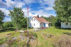 RANDESUND - HERØYA - Spennende hytteeiendom - innholdsrik hytte - sjøbod og båtplass