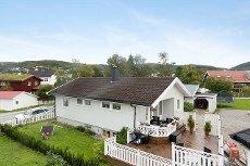 Rønvik - Enebolig med garasje, pent kjøkken og bad, tv-stue, vaskerom mm i kjeller